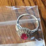 Vigyázzatok!!!Tegnap Anyukám egy ilyen ajándék gyűrűt talált a motorháztetőnkre téve!!! Eszetekbe se jusson hozzányúlni! Ne dőljön be senki neki!